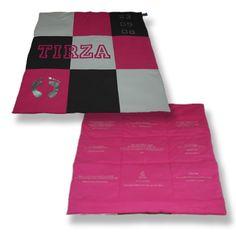 Speelkleed in vlakken met op de achterzijde de wensen van de gevers. Pajama Pants, Layout, Colours, Prints, Design, Page Layout, Design Comics