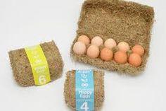 """Oeufs boîte de foin. Le décor: le packaging des oeufs est fait de foin, ce qui donne un aspect très authentique au produit. On pense directement à un produit sain : les bons oeufs frais de la ferme. Les consommateurs responsables seront sensibles à ce produit éco-conçu. La communication est fonctionnelle indiquant clairement le nombre d'oeufs contenus. Le nom """"happy eggs"""" est amusant et renforce l'aspect ludique et original du packaging. Elle contient également un label environnemental."""