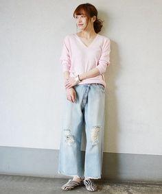 トレンドのピンクニット  パールトーンが今年らしい旬な着こなし。 ダメージデニムでカジュアルに。