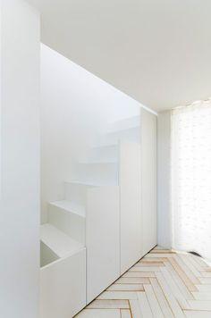2階へ上る階段はサイドの部分が収納になっている。