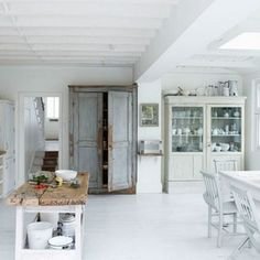Witte keuken met houten elementen