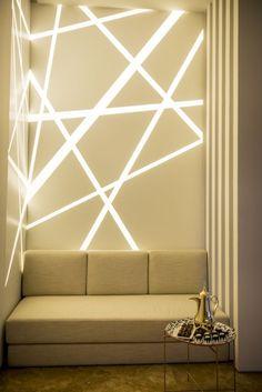 éclairage ou déco murale - l'éclairage indirect dans le salon joue un rôle double
