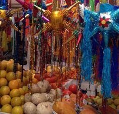 Piñatas en un mercado en México.