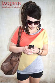 Lässiges, leicht tailliertes  Jaqueen Top mit kurzen Ärmeln aus wunderbar weichem Jersey in der sommerlichen Farbkombi orangerot, gelb und grau.    ...