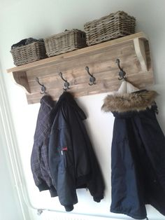 Kapstok Barn Board Projects, Wooden Projects, Bedroom Colors, Room Decor Bedroom, Entryway Closet, Home Organisation, Barn Wood, Decoration, Home Improvement