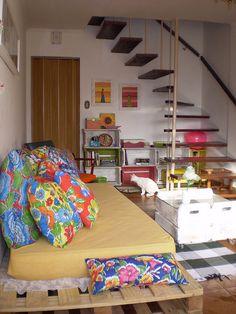 Sofá de pallet + colchão, mesa de centro e estantes de caixas de madeira. <3