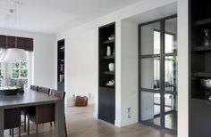 Zwart kasten en kozijnen en de muren wit. combinatie is gaaf. voor tussen de woonkamer en de keuken