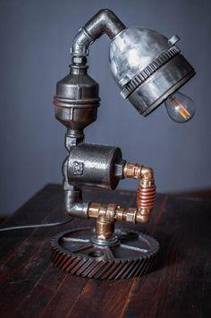 лампа настольная ,ручная работа,в еденичном экземпляре,сделанна из черного ицветного металла,без резины и пластика.