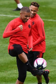 Paris Saint-Germain's Brazilian forward Neymar jokes with Paris Saint-Germain's French forward Kylian Mbappe during a training session at Saint-Germain-en-Laye, western Paris on September 2018 on. Get premium, high resolution news photos at Getty Images French Soccer Players, Football Players Images, Football Photos, Neymar Jr, Neymar Football, Soccer Guys, Nike Soccer, Soccer Cleats, Real Madrid Soccer