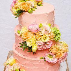 Najromantickejsia svadobna torta z mojej dielne :) ❤️#svadobnatorta #svadba #wedding #weddingcake #weddingday #romanticwedding #cake #torta #torte #flowers #feedfeed #bakeninja #cakeporn #cakeporm #canon #cakeart #cakedecorating #weddingbeauty #dnesjem #dnespeciem #ombrecake #baking #decoratingideas #chocolate #vanilla #nougat #brownie #browniecake #foodography #art