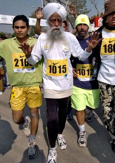 A world record holder, aged Fajua Singh has run seven marathons, all after his birthday. Edinburgh Marathon, London Marathon, Toronto Waterfront Marathon, Fauja Singh, Centenarian, Marathon Photo, Record Holder, Marathon Runners, Physically And Mentally