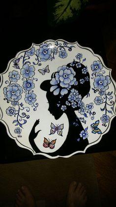 Hülya selamoğlu çini Pottery Painting, Ceramic Painting, Ceramic Art, Ceramic Plates, Painted Plates, Hand Painted Ceramics, Plates On Wall, Turkish Plates, Turkish Art