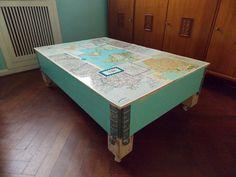 Mesa ratona con mapas de roma en su base.