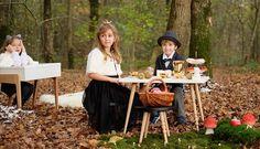 """Table et tabourets """"My Lovely Ballerine"""" - Blanc et noir - Hêtre massif. A partir de 3 ans. A partir de 182 le tabouret € et 299 € la table basse."""