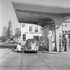 Volkswagen at gas station Volkswagen 181, Vw Vintage, Vintage Porsche, Vintage Stuff, Pompe A Essence, Automobile, Old Gas Pumps, Combi Vw, Old Gas Stations