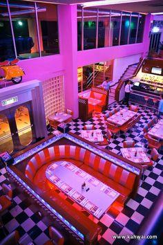 Retro diner - Home Decor Diner Aesthetic, Neon Aesthetic, Aesthetic Rooms, Aesthetic Vintage, 1950s Diner, Vintage Diner, Retro Cafe, Cafeteria Retro, Image Deco