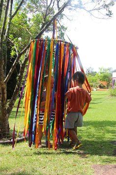 Use doorway beads... Outdoor Play Ideas, Outdoor Play For Toddlers, Eyfs Outdoor Area Ideas, Outdoor Activities For Preschoolers, Outdoor Games For Toddlers, Kids Play Yard, Playgroup Activities, Childcare Activities, Outdoor Dog
