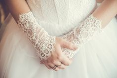 一生に一度の結婚式。衣装もこだわりたい所でしょう。ウェディングドレスが最も悩ましいポイントですが、①どのようなグローブを付けたらいいか、②そもそもグローブは必要かどうか、などについてもお悩みの方もいらっしゃるのではないでしょうか。この記事は、グローブを身に付ける意味に加えて、結婚式で身に付けるグローブについて詳しくご紹介していきます。