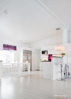 Upea valoisa keittiö ja ilmavat Ghost-tuolit Ceiling Lights, Lighting, Koti, Design, Home Decor, Decoration Home, Room Decor, Lights