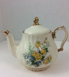 English Teapots, Tea Service, My Cup Of Tea, Chocolate Pots, Yellow Roses, Teacups, Pottery Art, Tea Time, Tea Party
