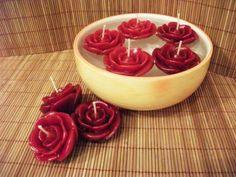 Como-fazer-vela-flutuante-005                                                                                                                                                     Mais Candle Art, Rose Candle, Candle Lanterns, Red Candles, Floating Candles, Natural Candles, Velas Diy, Candle Making Supplies, Rose Decor