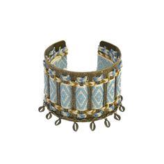 Joli bracelet manchette en métal que l'on peut ajuster à son poignet. On passe et repasse de jolis rubans colorés et on termine par coller une petite chaîne avec des grains de café. #ladroguerie #bijoux