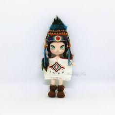 【試鉤作品】印第安Molly 感謝老師讓我試鉤印第安Molly,這次的主題讓可愛的Molly變身成印第安女孩,織圖詳細說明如何製作頭冠,需要相當多的材料,眼睛部份~就和海綿寶寶Molly一樣,老師也貼心的提供兩種製眼方式,Molly粉可別錯過唷~… Crochet Dolls, Clock, Christmas Ornaments, Holiday Decor, Sweet, How To Make, Handmade, Amigurumi Doll, Tree Braids