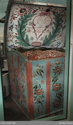 Skaane Painted Trunk, Painted Chest, Painted Chairs, Painted Boxes, Chalk Paint Furniture, Hand Painted Furniture, Art Furniture, Scandinavian Folk Art, Scandinavian Furniture