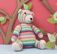 Un ours en tenue d 'été, il fallait l'inventer….. On adore ses rayures bariolées. Il est réalisé au crochet avec un fil coton, ses yeux et sa truffe sont brodés. On ...