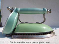 fer à repasser au kérosène émaillé vert Aladdin modèle 4 Australie. (base en fer émaillé, poignée en laiton). 1945