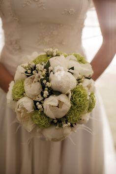 Bouquet sposa realizzato con Peonie bianche, Bouvardia e Garofani verdi