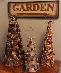 Wow, tons of ideas for making christmas trees, so cool Всевозможные елочки из подручных материалов.Идеи и Мастер-классы.Часть 1. Обсуждение на LiveInternet - Российский Сервис Онлайн-Дневников