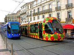 Los coloridos tranvías de Montpellier contrastan con el blanco de la piedra de los edificios del centro. #railway #rollingstock #tram