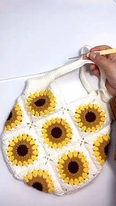 Crochet Bag Tutorials, Crochet Purse Patterns, Crochet Flower Tutorial, Crochet Basket Pattern, Granny Square Crochet Pattern, Crochet Videos, Crochet Motif, Diy Crochet, Crochet Designs