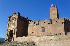 La entrada a la basílica anexa al castillo de Javier