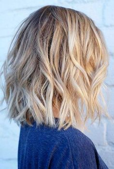 Layered and textured short hairstyles possess a capacity to cause you to look more modern and stylish. So on this page we shall explain to you 20 Low-Maintenance Short Textured Haircuts that may inspire you to help make the chop! Medium Hair Cuts, Medium Hair Styles, Curly Hair Styles, Medium Curls, Messy Short Hair, Wavy Hair, Short Wavy, Thin Hair, Wavy Lob