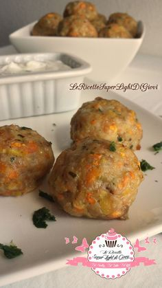 Polpette light di pollo con verdure con crema light all'aglio (31 calorie a polpetta)