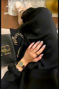 Cute Poses For Pictures, Cute Couples Photos, Stylish Girls Photos, Instagram Profile Picture Ideas, Snapchat Selfies, Black And White Girl, Modest Fashion Hijab, Iphone Wallpaper Quotes Love, Girly Images