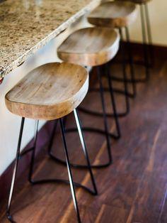 Wood and iron bar stools rustic stools kitchens step inside the rustic home o Diy Bar Stools, Rustic Bar Stools, Diy Stool, Bar Stool Chairs, Kitchen Stools, Bar Kitchen, Room Chairs, Swivel Chair, Chair Cushions