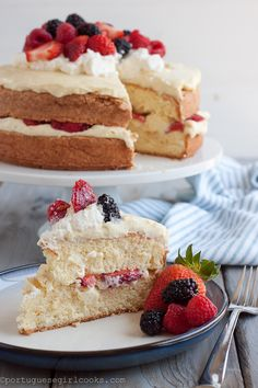 reminds me of whole foods chantilly berries cake! Portuguese Girl Cooks: Pao de Lo (Portuguese Sponge Cake) with Vanilla Bean Pastry Cream Food Cakes, Cupcake Cakes, Cupcakes, Portuguese Desserts, Portuguese Recipes, Portuguese Food, Just Desserts, Delicious Desserts, Yummy Food