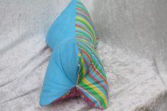 Hier ein Exemplar der Kollektion Leseknochen und Rückenstützen: dieses Mal ein Patchwork- Exemplar aus Baumwollstoff in türkis uni, bunt gestreift und Blumen auf pink, prall gefüllt mit ca. 200 g...