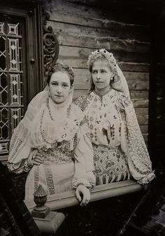 Princess Marie of Romania with lady in waiting (?) Pss Marie of Romania with a lady in waiting (?) both in typical romanian folk dresses I love Queen Marie of Romania! So glad I stumbled upon this photo of her in traditional folk dress, its beautiful. Old Photos, Vintage Photos, Belle Epoque, Romanian Royal Family, Lady In Waiting, Kaiser, Oscar Wilde, Historical Clothing, Historical Pics