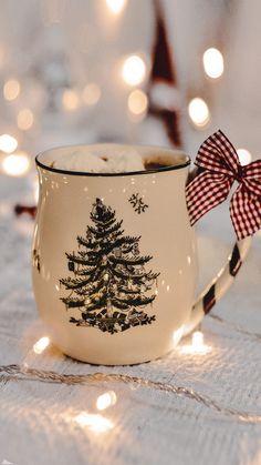 Christmas Coffee, Noel Christmas, Merry Little Christmas, Winter Christmas, Xmas Wallpaper, Christmas Phone Wallpaper, Wallpaper Backgrounds, Diy Natal, Illustration Noel