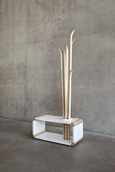 Original Tilia coat rack out of Skis We've told you recently of cool coat stands , And here is on more amazing piece that was not include. Ideas Recibidor, Hallway Seating, Modern Furniture, Furniture Design, Nomadic Furniture, Coat Tree, Wooden Coat Rack, Coat Stands, Coat Hanger