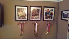Photos de chacun des enfants (de bébé à aujourd'hui) et sous chaque photo un crochet pour leurs médailles