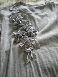 DIY Floral T-shirt refashion. *****this one takes you to actual instruction link Diy Clothing, Sewing Clothes, Umgestaltete Shirts, T Shirt Tutorial, Motifs Perler, Diy Vetement, Flower Shirt, T Shirt Flowers, Denim Flowers