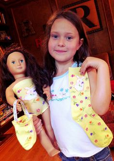 Sock into swimsuit and beach bag for American Girl style dolls. Could sew a skirt on it too for a tube tube top dress Ropa American Girl, American Girl Parties, American Girl Crafts, American Doll Clothes, Sewing Doll Clothes, Girl Doll Clothes, Doll Clothes Patterns, Barbie Clothes, Girl Dolls