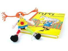 Dit is het haakpatroon van Pippi Langkous. Het popje is ongeveer 15 centimeter lang. Het patroon van deze Pippi Langkous is ontworpen door H...