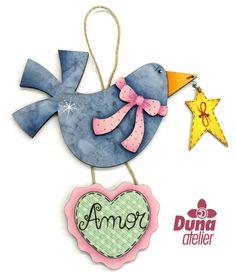 """Peças pintadas disponíveis no nosso site, mas com estoque limitado. MDF forrada com tecido e pintada à mão. Penduricalho de pássaro com estrela e coração """"amor"""". R$ 22.90 #bird #ribbon #handpainted #countrypainting #love #star"""
