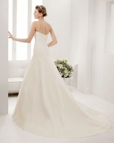 8B195 PRUSIA | Wedding Dresses | 2015 Collection | Alma Novia | Shown without detachable sleeveless High-neck Collar Lace Jacket (back)